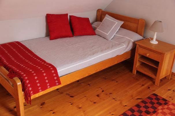 La mezzanine possède un lit.