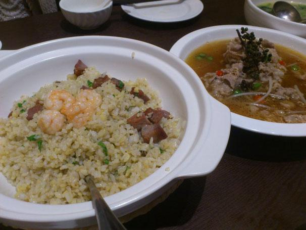 エビと焼き豚の海鮮焼飯と水煮牛肉。チョイ辛なので美味しくいただけます。