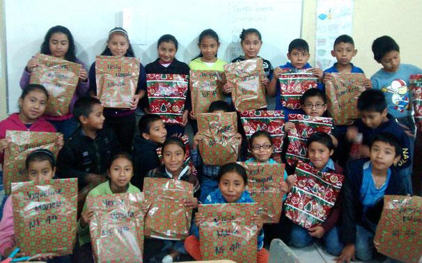 Weihnachtsfeier der Grundschule Nuestro Futuro in Guatemala 2015 (© Ninos de Guatemala)
