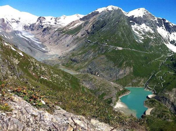 Gegenüber vom Glocknerhaus mit Blick auf Margaritzenstausee und Pasterze (dem Gletscher vom Großglockner)