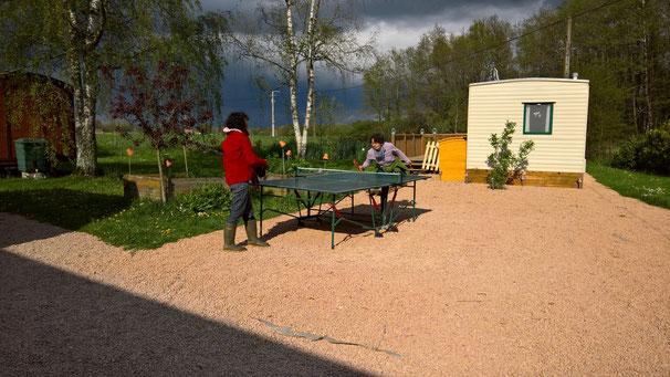 Ping Pong auf dem Vorplatz