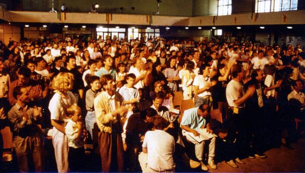 Lobpreis in der Dornbirner Messehalle 1989. Foto: Ralf Jordan