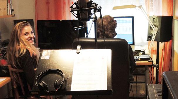 Sarah Loibl bei den Gesangsaufnahmen für die Gotteslob-CD. Foto. Judith Holly