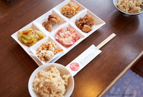 この日のランチ。ご飯は玄米か白米が選べる。おかわりもOKだったので、両方いただく。