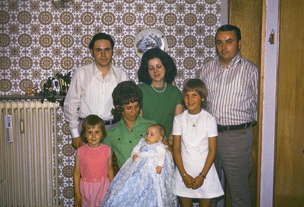 Rechts Ralfs Schwester, seine Mutter hat meinen Bruder auf dem Arm. Wenige Wochen nach seinem Tod feiern wir Taufe.