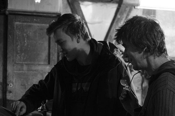 Michael Schimmel und Janos Freuschle beim entwickeln ihrer Messer.