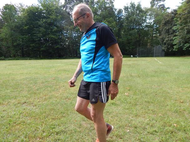 Günther Jakob beim Einlaufen. Trotz einer noch nicht abgeklungenen Zerrung zeigte er an diesem Tag sehr gute Leistungen.
