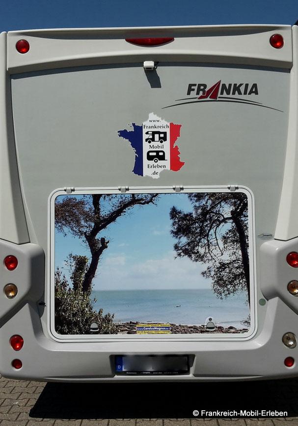 Ein Wohnmobil mit Aufkleber Frankreich-Mobil-Erleben