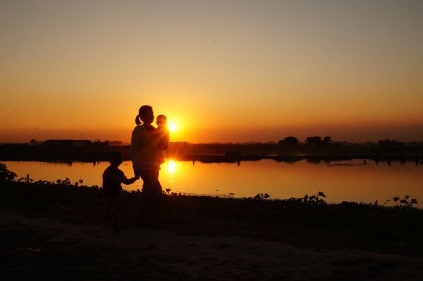 Mutter mit Kindern, Sonnenuntergang
