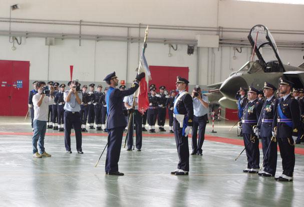 Il solenne momento in cui il Col. Ruggiero avvolge la bandiera di guerra del 50° stormo.