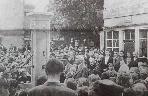 1949,  Einweihung des neuen Brunnens durch Bürgermeister Artur Hemmer. Im Hintergrund das Fahrradgeschäft Knieriemen in den Räumen des ehemalige Fahrradhandels Adolf Knieriemen, Bild Stadtarchiv