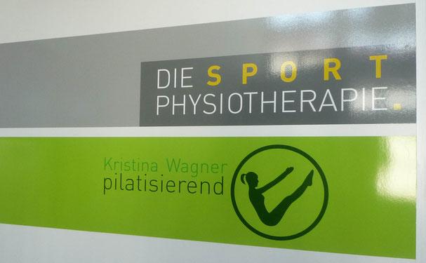 Schild mit Logo Kristina Wagner pilatisierend Pilatesstudio in Obergünzburg im Alläu