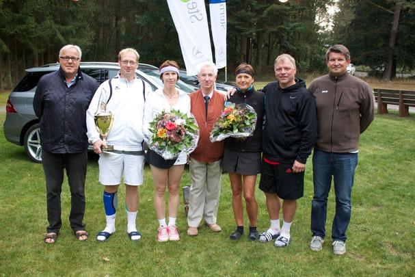 Uwe Versemann (2.v.l.) und Lisa Franz (3.v.l.) setzten sich im Finale gegen Regine Bunke (3.v.r.) und Michael Kautz (2.v.r.) mit 6:4 und 6:3 durch