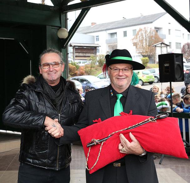 Vzbgm. Walter Widemair (Li.) übergibt die Regierungsschlüssel an Kanzler Peter Lanz