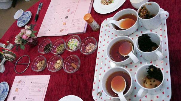 紅茶とスパイス、金平糖をブレンドしている所の画像