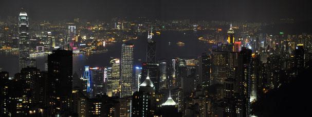 Blick vom Peak auf den Victoria Harbour und auf Kowloon