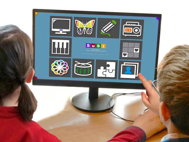 Kinder beim Spielen mit behindertengerechter Software.