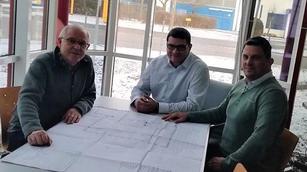 Der Firmengründer bei der Übergabe an die neuen Geschäftsführer der Straubinger Metallbau GmbH