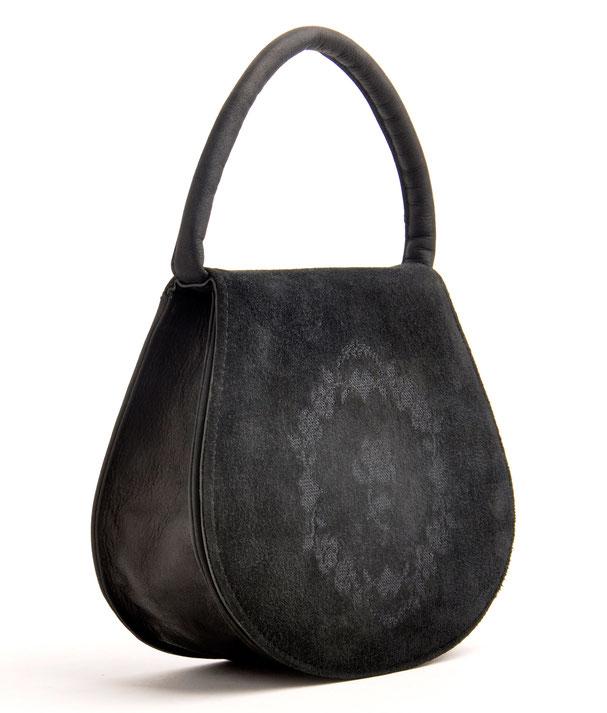 schwarze Dirndltasche Trachtentasche  aus echtem Leder  mit Rosenstickerei . OWA Handarbeit Ledermanufaktur