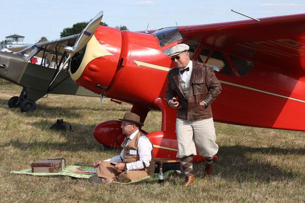 Nostalgisches Flieger-Picknick stilecht unter dem Tragflügel der Cessna Airmaster (Foto: Stefan Schmoll)