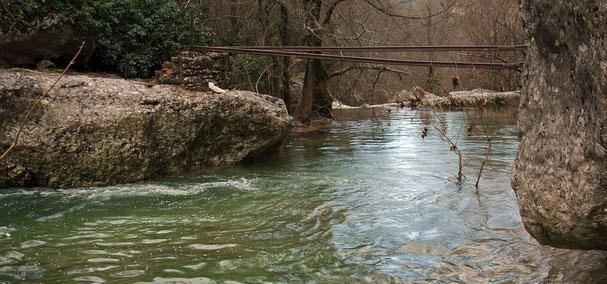 des rails au-dessus de la rivière, vestiges du temps des mines des bauxite