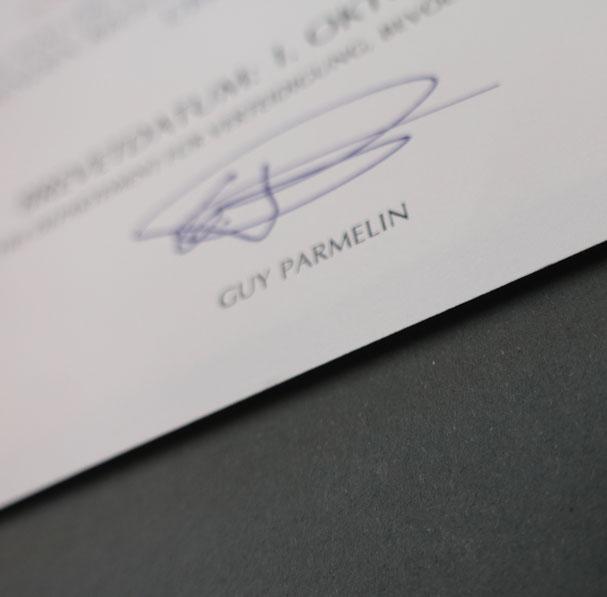 Urkunde ist erhöht auf schwarzem Karton aufgelegt.
