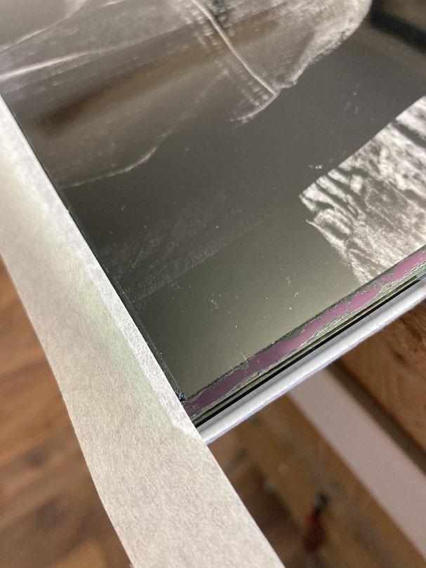 Schwarzweissfoto einrahmen: Foto wird staubdicht angeklebt.