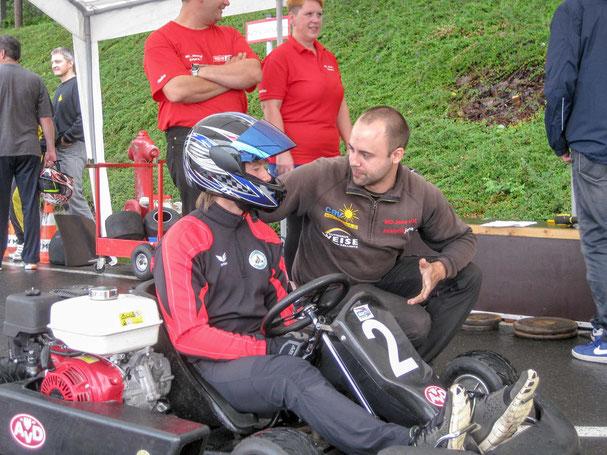 Auch Zusammenarbeit zahlt sich aus. Denis Baumgart berät Andreas vor seinem Start ins Rennen.