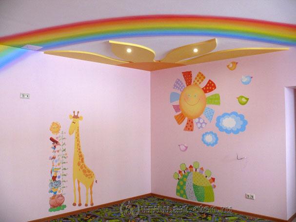 Роспись розовой комнаты объединяет радуга, расположенная на стенах и потолке по диагонали комнаты. Искажение формы полукруга радуги не появится, если вошедший в комнату человек будет находиться око