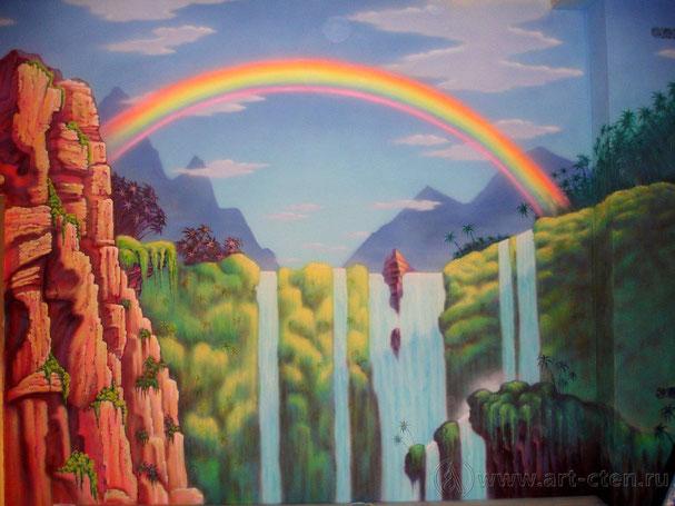"""В кафе детского центра """" Лимпопо"""" роспись на стенах окружает посетителей и помогает погрузиться в сказочный мир."""
