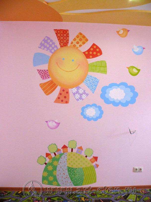 Детская комната с розовыми стенами.