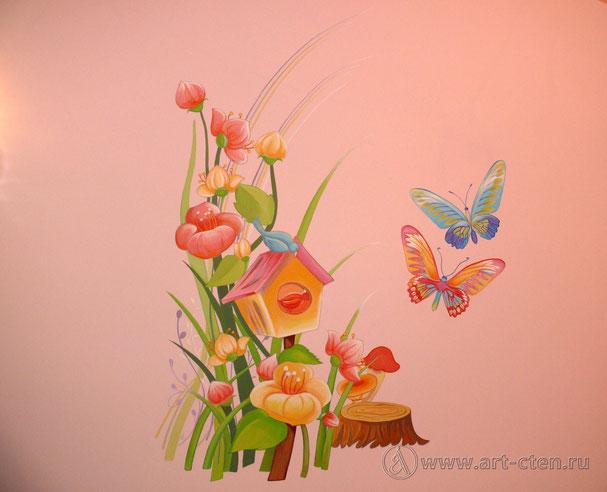 В росписи детской на левой стене изображены птицы, бабочки и цветы.