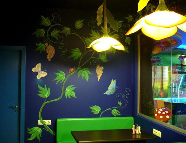 Роспись стен детского кафе поражает своей ощутимостью и сказочностью одновременно!