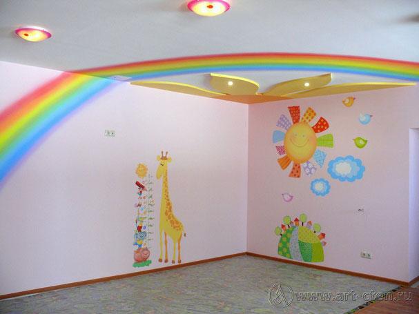 Роспись розовой комнаты объединяет радуга, расположенная на стенах и потолке по диагонали комнаты. Искажение формы полукруга радуги не появится, если вошедший в комнату человек будет находиться около