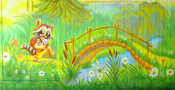 Изначально помещение детской комнаты было обито вагонкой. Решено было делать роспись по вагонке. Стены детской комнаты предварительно покрасили. Все неровности вагонки, естественно, остались.