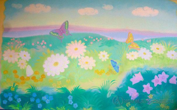 Роспись стен детской комнаты должна быть наполнена добрыми рисунками. Как вы видите, на данном примере, комната расписана в нежных тонах светло зелёных и голубых. Это даёт ощущение спокойствия и свеже