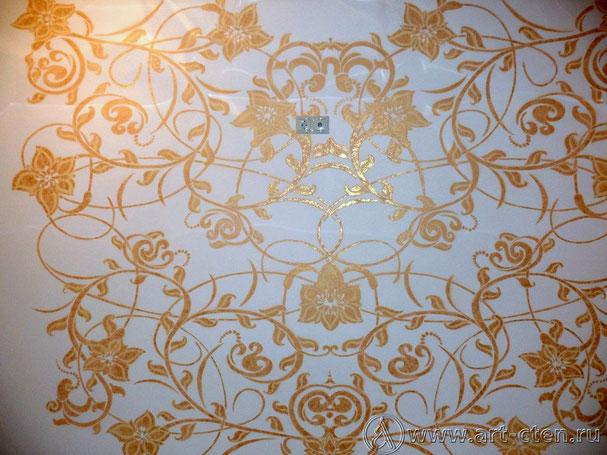 Роспись холла представляет собой орнамент на центральной стене. Для придания фактуры элементам орнамента применяется золотистая краска.