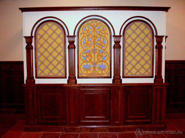 Орнаментальная роспись трапезной Николо – Ямского храма отлично дополняет деревянное оформление интерьера, создавая тем самым уют и торжественное настроение в помещении.