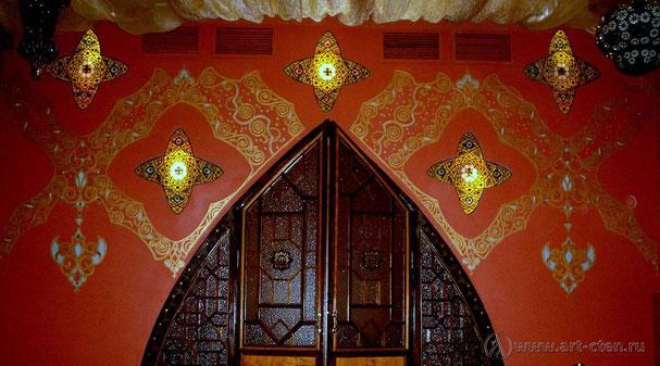 Оформление кафе-клуба «Сан-Сет» напоминает атмосферу ближнего востока.  Орнамент украшает стены помещения, использован витраж в восточном стиле.