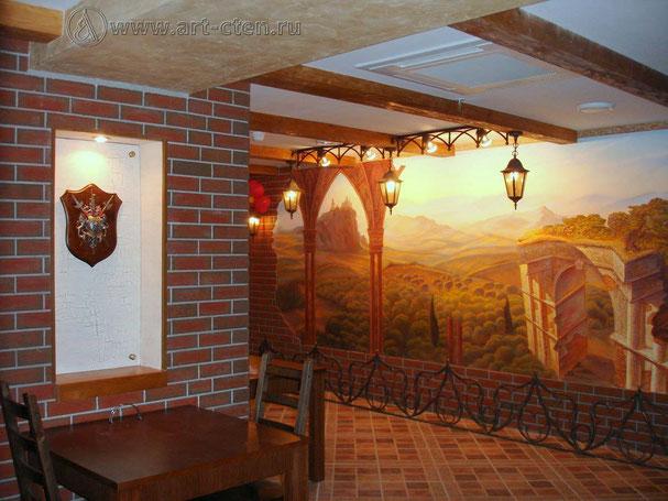 Роспись обманка центрального зала ресторана расширяет пространство,  уводя воображения посетителей в бескрайние дали средневековой Европы