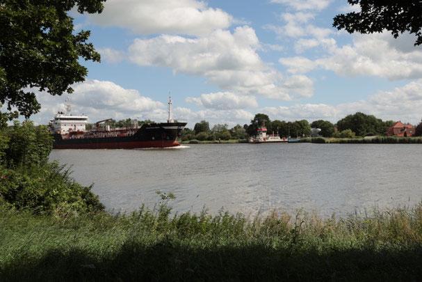 Bild: Dampfer auf dem Nord-Ostsee-Kanal
