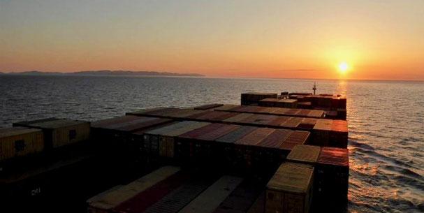 Bild: Mit dem Containerschiff nach Hamburg
