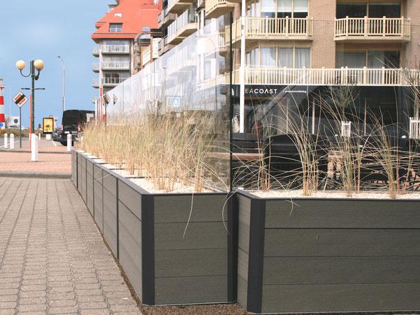 Transparenter Windschutz mit Pflanzgefäß für Gastronomie