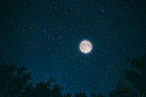 La lune est associée à Jésus. Tout comme la lune reflète la lumière du soleil, Jésus reflète la gloire de son Père. Tout comme la lune nous éclaire et nous rassure pendant la nuit, Jésus par son enseignement nous éclaire et nous donne l'espérance.