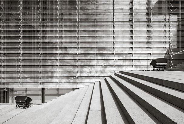 Treppe vor der Fassade des Paul-Löbe-Hauses, Berlin