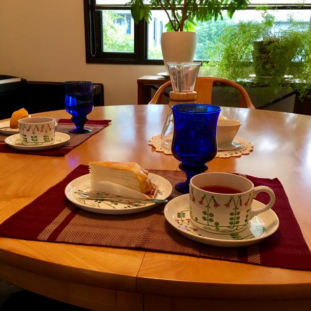 こちらの写真は、今開かれている「初夏・チャネリング個人レッスン」でのお茶シーンより♥・・・お茶することの中には「すべてが入っている」ってわたしは思っています。この夏、我が家の涼やかなお茶会にいらっしゃいませんか?