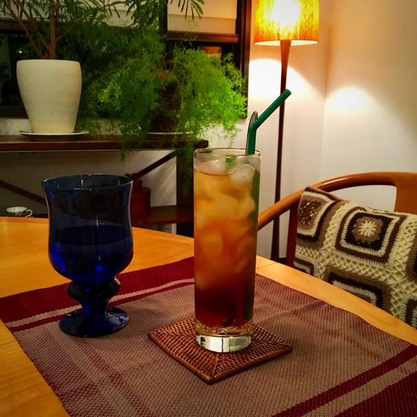 「涼やかリラックス・カフェ」の定番・・・【スパークリング梅ティー】。りんご酢でつけた梅と梅シロップをディンブラの紅茶と炭酸水で割ったアレンジティーです♪夏にぴったり!元気になります♥
