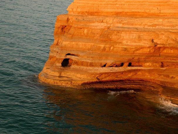 Auch Höhlen hat's, in die man hineinschwimmen kann...