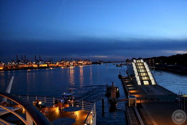 Blick auf das Docklandgebäude vom Achterdeck von AIDAsol