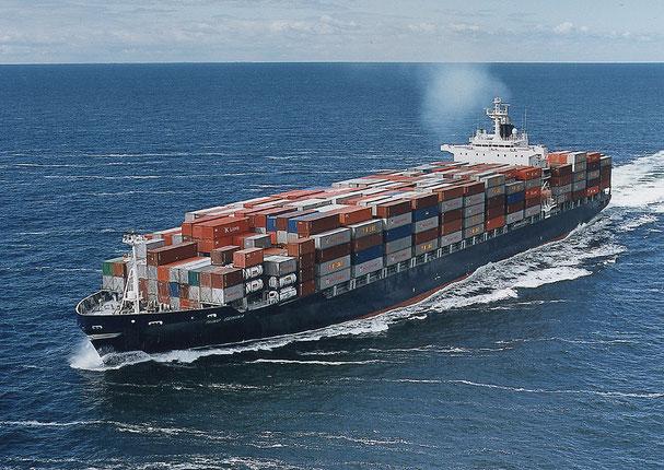 Container-Schiff auf dem Seeweg nach Asien